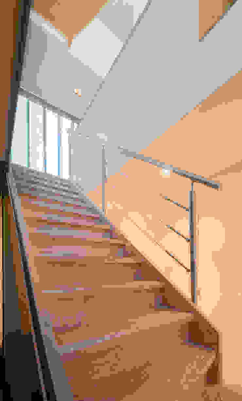 Vanuit de kelder Moderne gangen, hallen & trappenhuizen van Architect2GO Modern