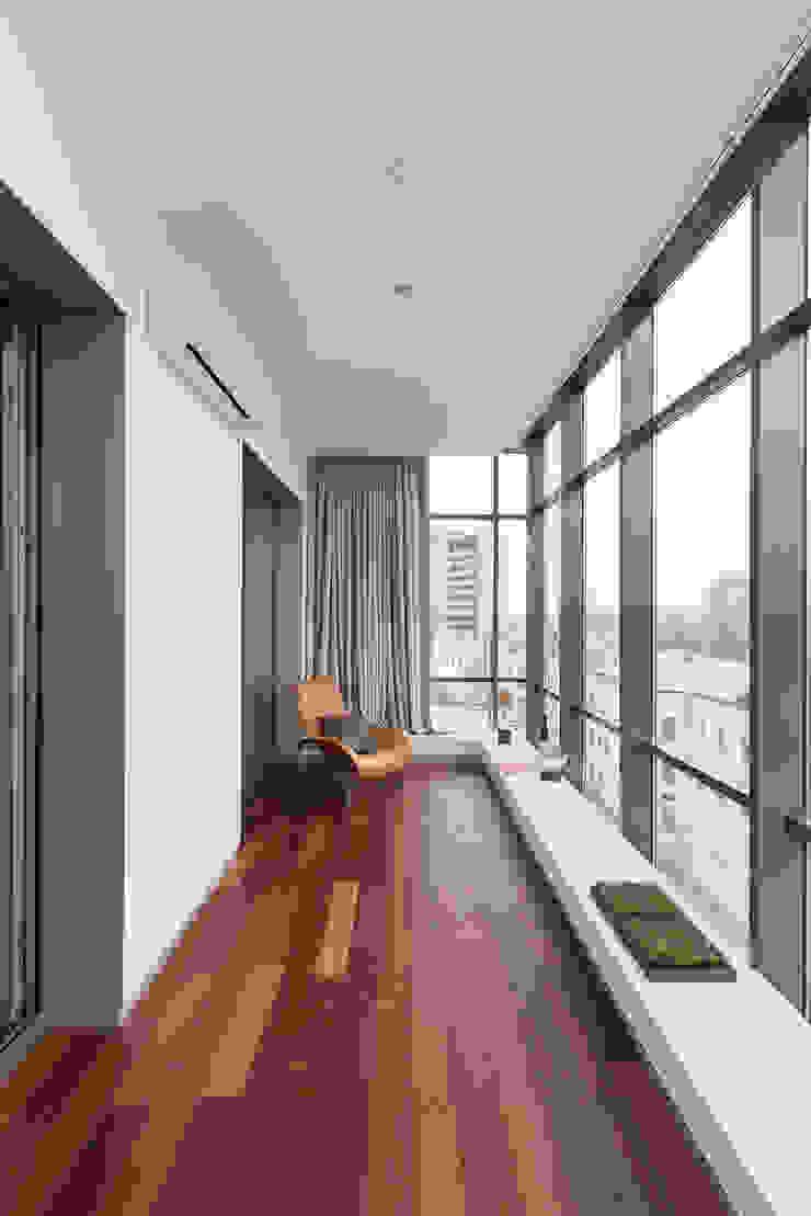 apartment V-21 Balcones y terrazas de estilo minimalista de VALENTIROV&PARTNERS Minimalista