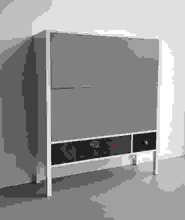 Kast 107: modern  door OUD NOW!, Modern
