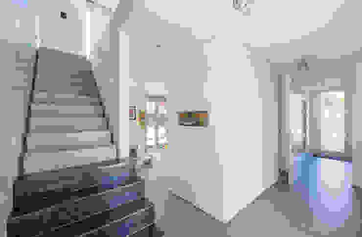Entrée met betonnen trap Minimalistische gangen, hallen & trappenhuizen van Architect2GO Minimalistisch