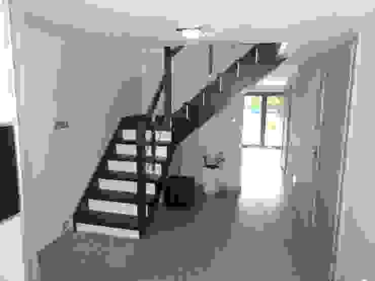 Dom w zabudowie szeregowej Nowoczesny korytarz, przedpokój i schody od studio bonito Nowoczesny