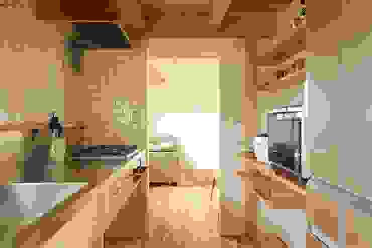 Cozinhas escandinavas por 松デザインオフィス Escandinavo Cerâmica