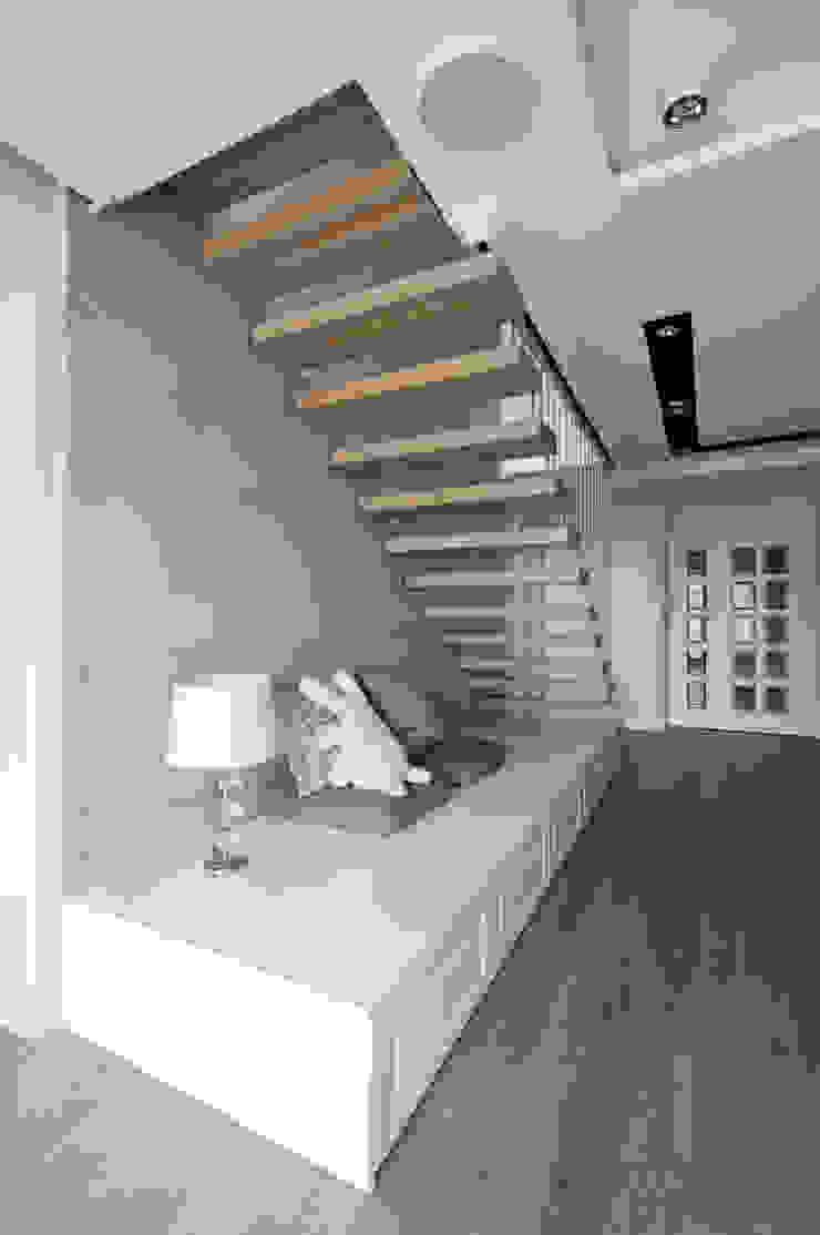 Pasillos, vestíbulos y escaleras modernos de 3deko Moderno
