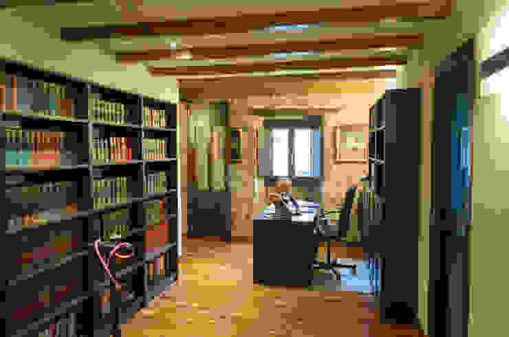 Rehabilitación en Laracha Estudios y despachos de estilo rural de Intra Arquitectos Rural