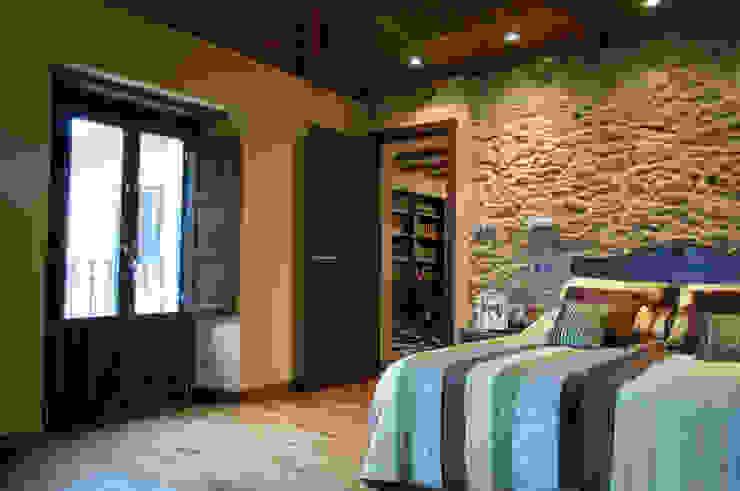 Wiejska sypialnia od Intra Arquitectos Wiejski