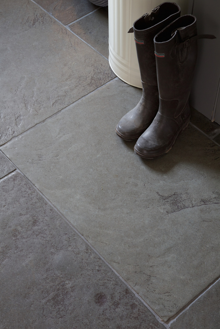 Berkeley Limestone in a seasoned finish from Artisans of Devizes. 根據 Artisans of Devizes 古典風 石灰岩