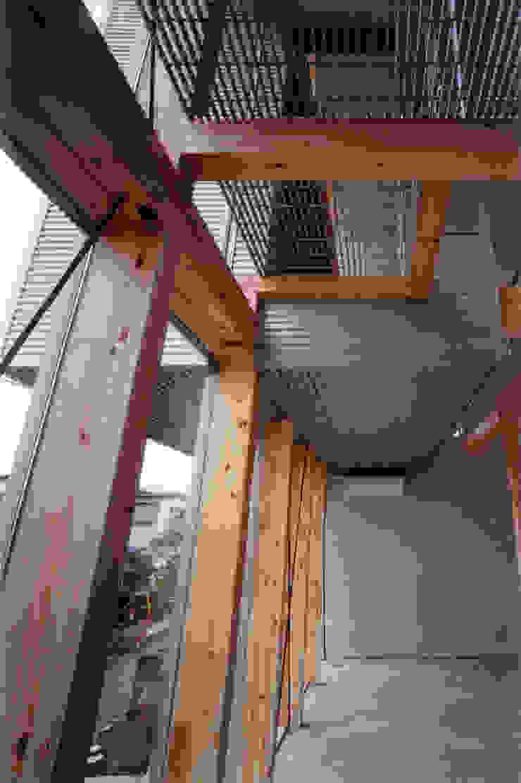 玄関より上部を見上げる モダンデザインの 多目的室 の 豊田空間デザイン室 一級建築士事務所 モダン 金属