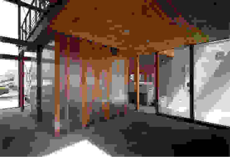 寝室よりクロゼット・浴室を見る モダンスタイルの寝室 の 豊田空間デザイン室 一級建築士事務所 モダン プラスティック