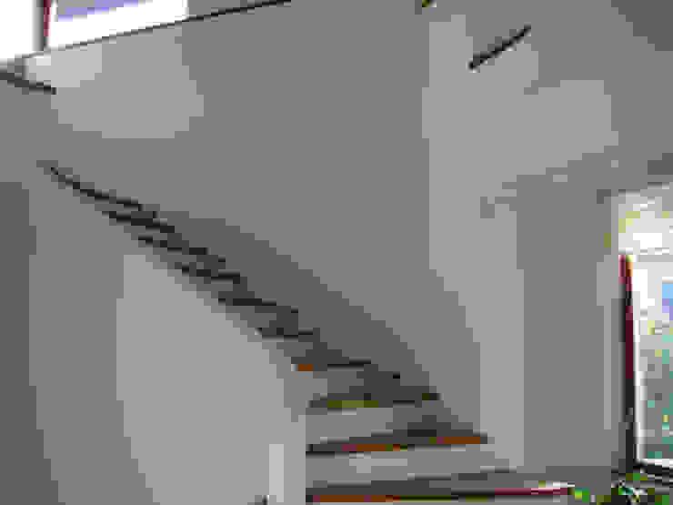 Moderne gangen, hallen & trappenhuizen van atz-studio Modern