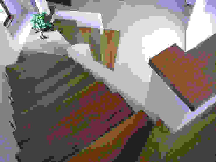 Dom w Wilanowie Nowoczesny korytarz, przedpokój i schody od atz-studio Nowoczesny