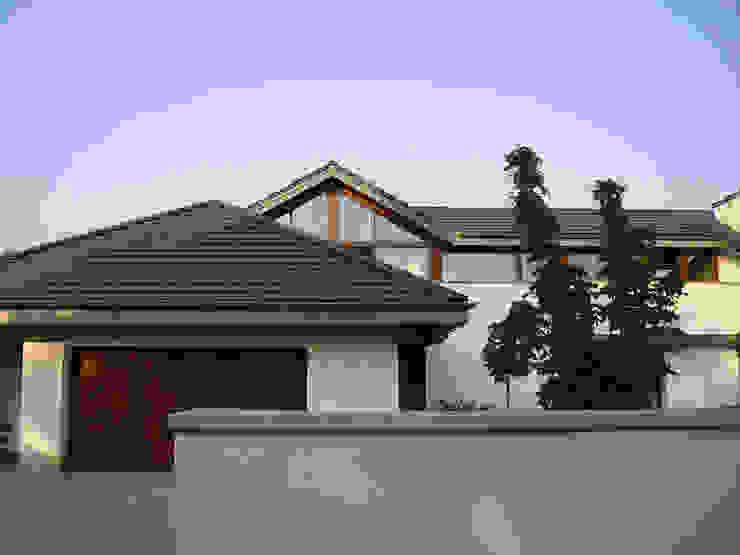 Dom w Laskach: styl , w kategorii Domy zaprojektowany przez atz-studio ,Nowoczesny