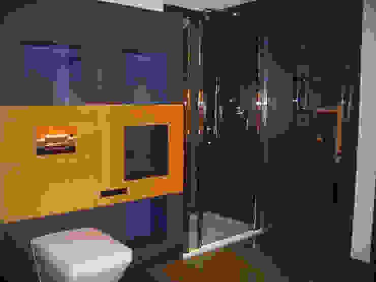 Baños modernos de atz-studio Moderno