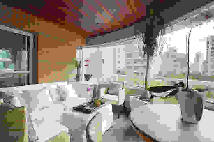 Apartamento na Vila Nova Conceição II Varandas, alpendres e terraços modernos por Liliana Zenaro Interiores Moderno
