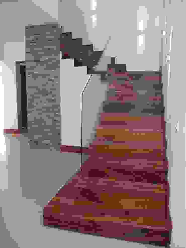 casa 79 Pasillos, vestíbulos y escaleras modernos de Hussein Garzon arquitectura Moderno Madera maciza Multicolor