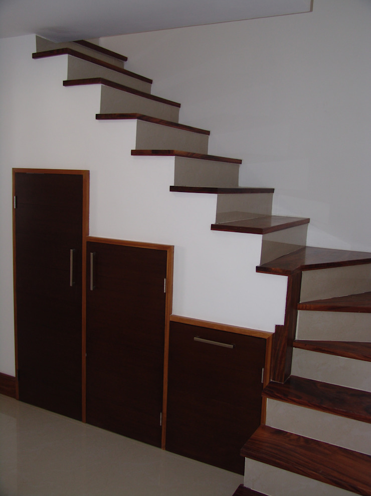 escalera para cuarto de servicio Pasillos, vestíbulos y escaleras modernos de Hussein Garzon arquitectura Moderno Madera Acabado en madera