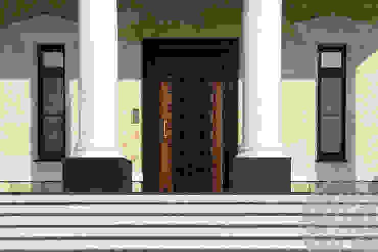 Входные двери из дуба Дома в классическом стиле от Lesomodul Классический