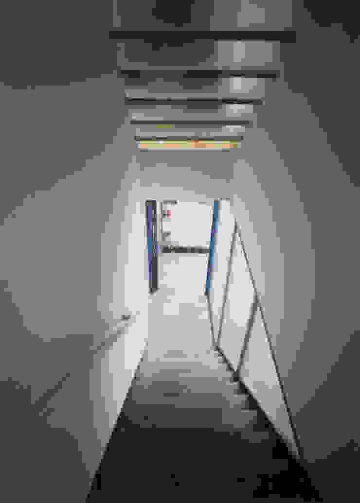 アプローチ階段(見下ろし) モダンスタイルの 玄関&廊下&階段 の 原 空間工作所 HARA Urban Space Factory モダン ガラス