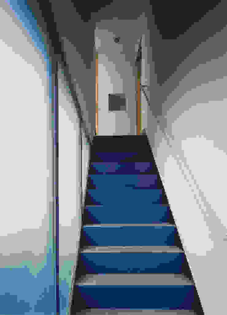 アプローチ階段(見上げ) モダンスタイルの 玄関&廊下&階段 の 原 空間工作所 HARA Urban Space Factory モダン 鉄/鋼