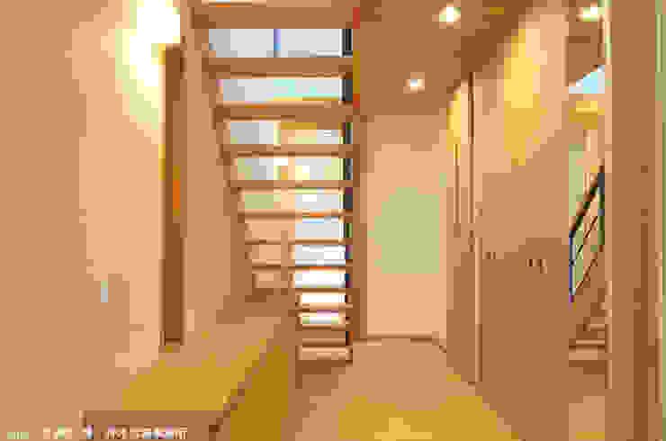 Ingresso, Corridoio & Scale in stile eclettico di 竹内建築デザインスタジオ Eclettico