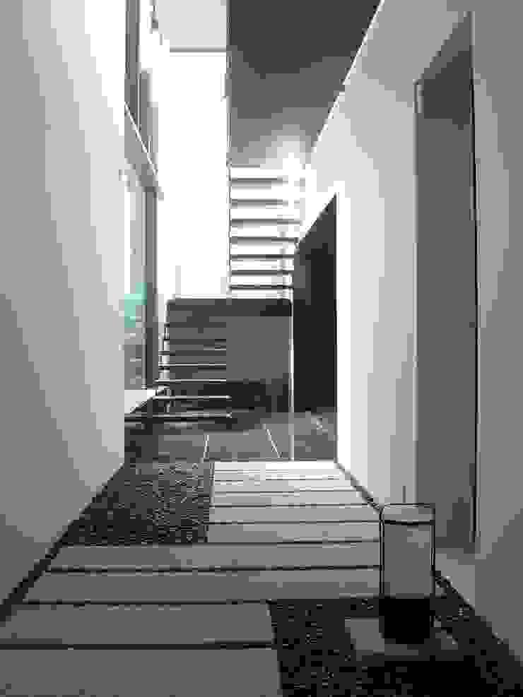 現代風玄關、走廊與階梯 根據 suz-sas 現代風 磁磚