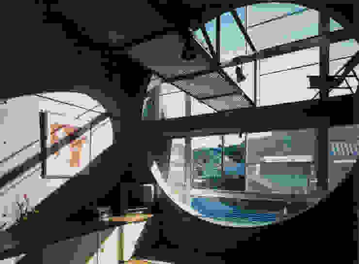2階居間吹抜け モダンな 窓&ドア の 原 空間工作所 HARA Urban Space Factory モダン 鉄/鋼