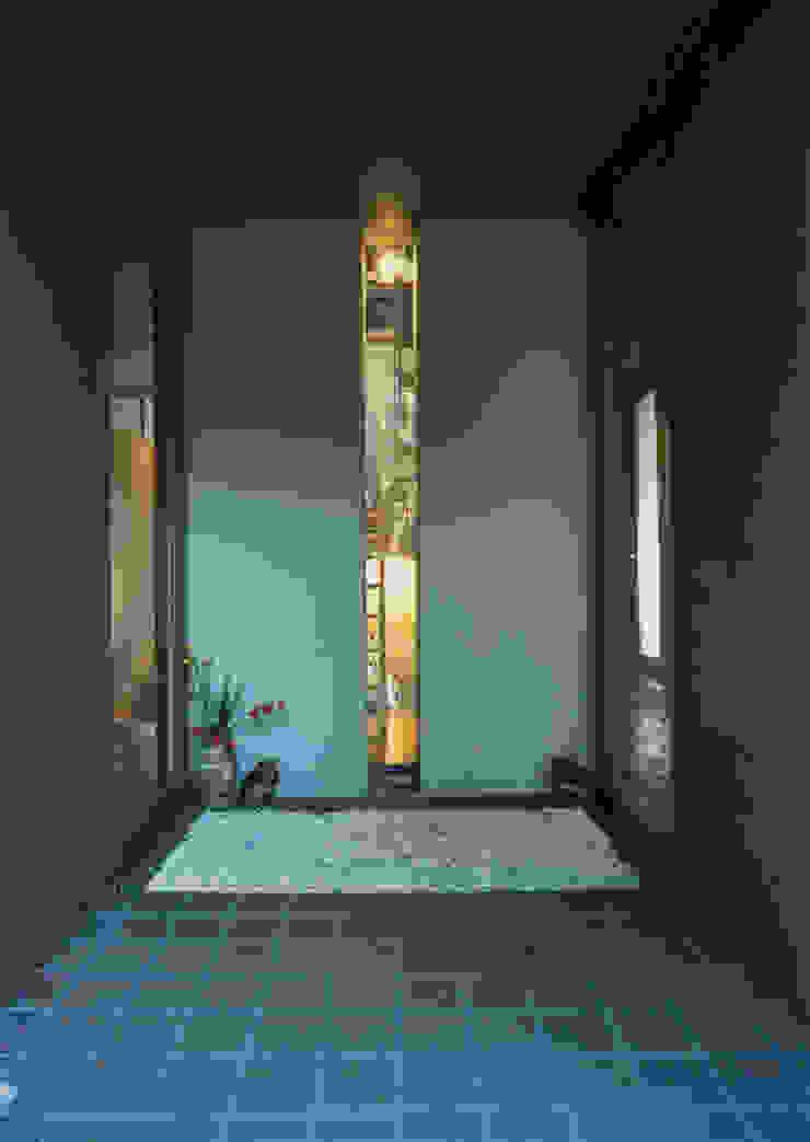 玄関 モダンな 窓&ドア の 原 空間工作所 HARA Urban Space Factory モダン 無垢材 多色