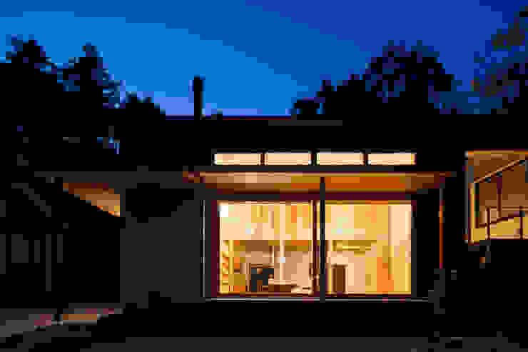夜景 モダンな 家 の HAN環境・建築設計事務所 モダン 木 木目調