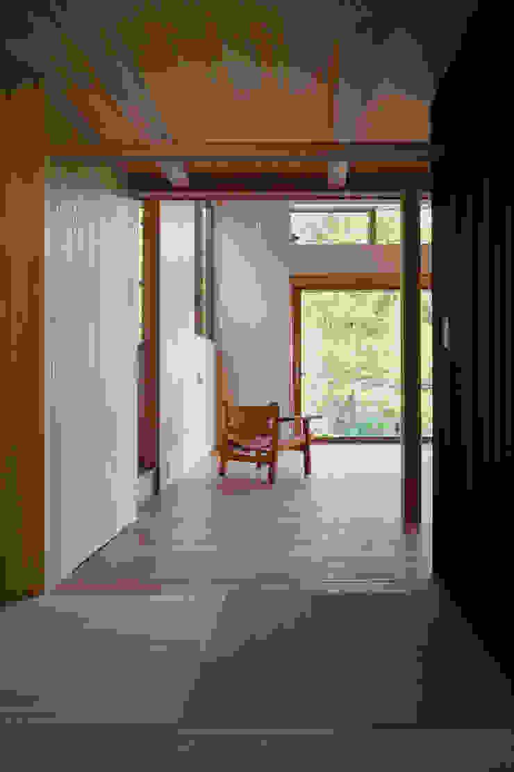 和室越しのリビングの眺め モダンな 壁&床 の HAN環境・建築設計事務所 モダン 木 木目調