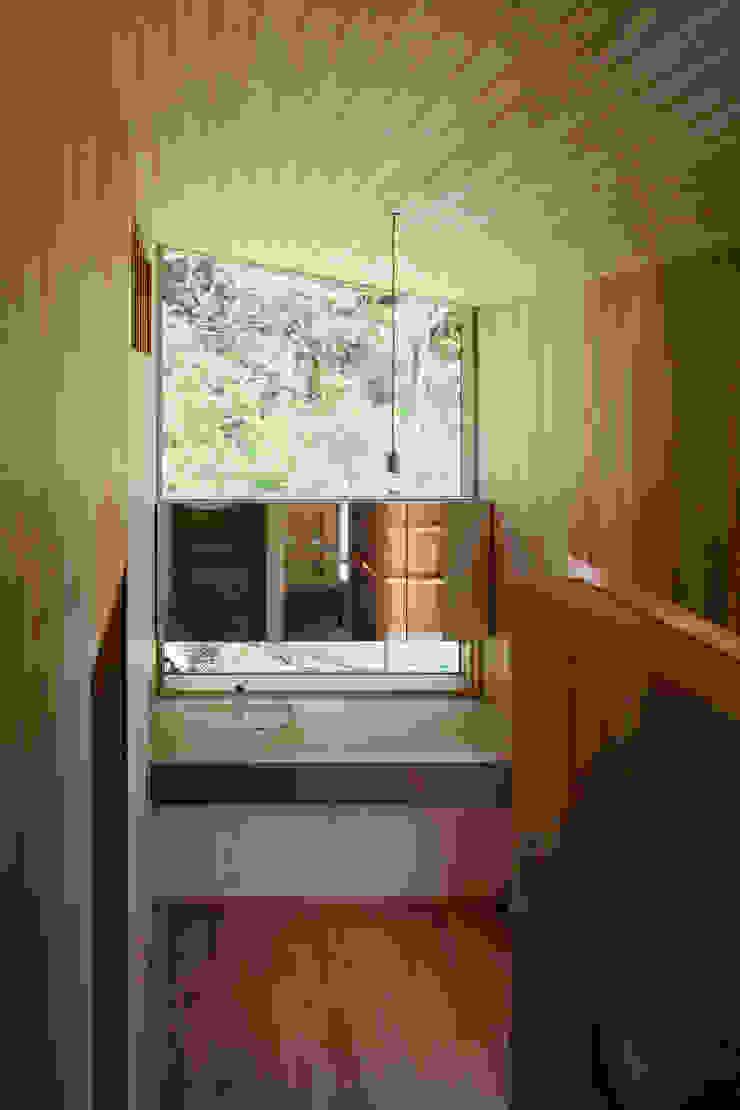 階段踊り場に設けた洗面スペース モダンスタイルの お風呂 の HAN環境・建築設計事務所 モダン 大理石