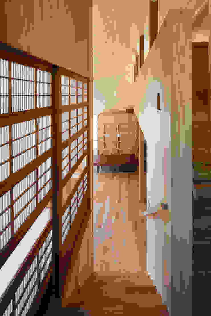 階段踊り場からリビングの眺め モダンスタイルの 玄関&廊下&階段 の HAN環境・建築設計事務所 モダン 木 木目調