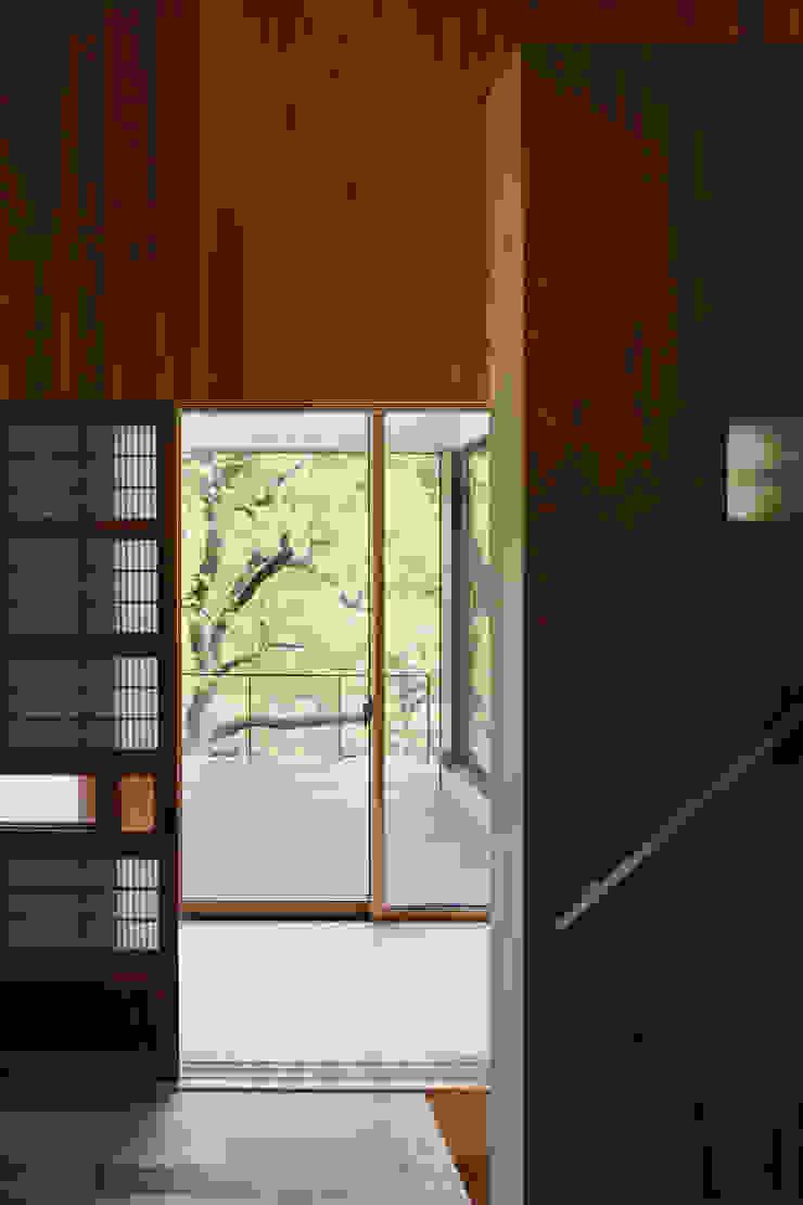 [森林公園の家]浴室に隣接する物干デッキの眺め モダンデザインの テラス の HAN環境・建築設計事務所 モダン