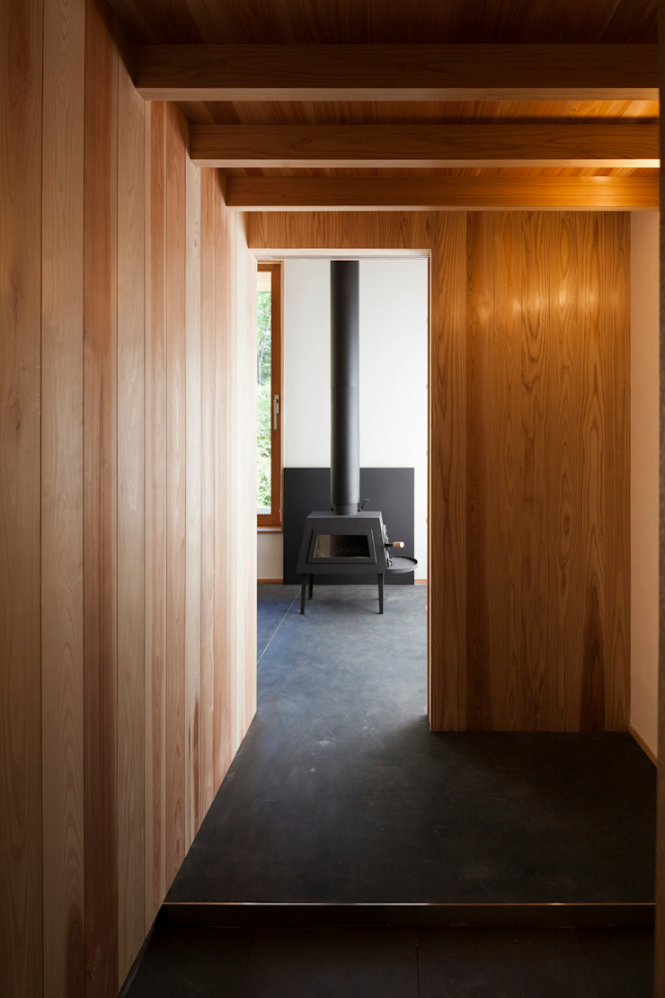 エントランス土間スペース+薪ストーブ モダンな 壁&床 の HAN環境・建築設計事務所 モダン 木 木目調