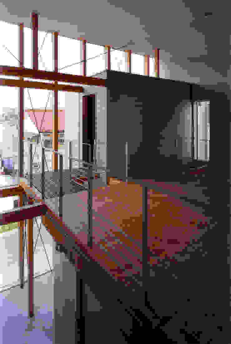 吹抜越しにダイニング・SOHOを見る モダンデザインの ダイニング の 豊田空間デザイン室 一級建築士事務所 モダン 合板(ベニヤ板)