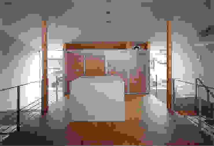 ダイニングよりキッチンを見る モダンな キッチン の 豊田空間デザイン室 一級建築士事務所 モダン 大理石