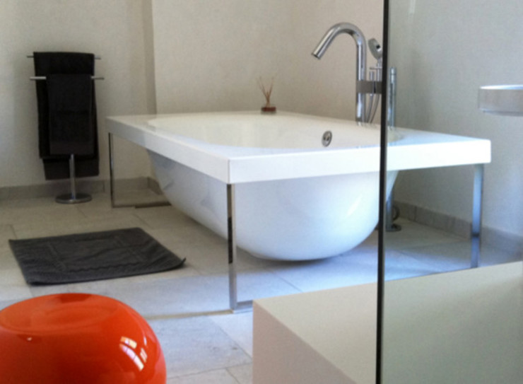 Chateau de Biar Salle de bain moderne par Dabadabada Moderne