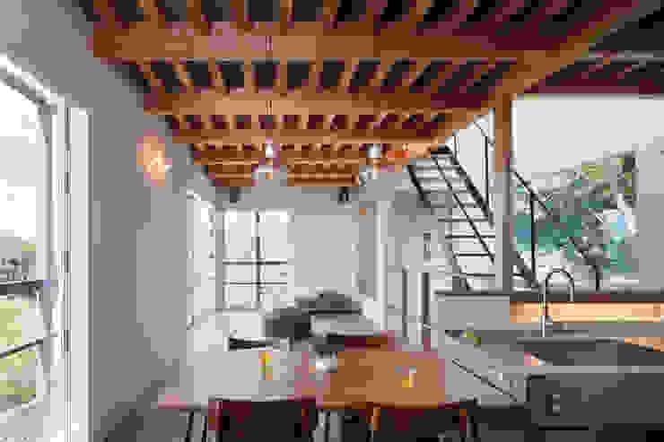 2階ダイニング: HAN環境・建築設計事務所が手掛けたダイニングです。,モダン 木 木目調