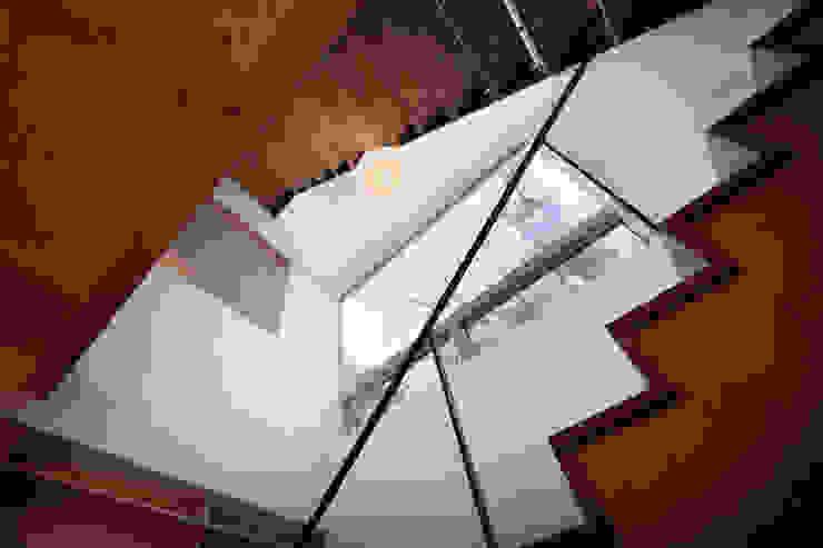 階段吹抜: HAN環境・建築設計事務所が手掛けた廊下 & 玄関です。,モダン