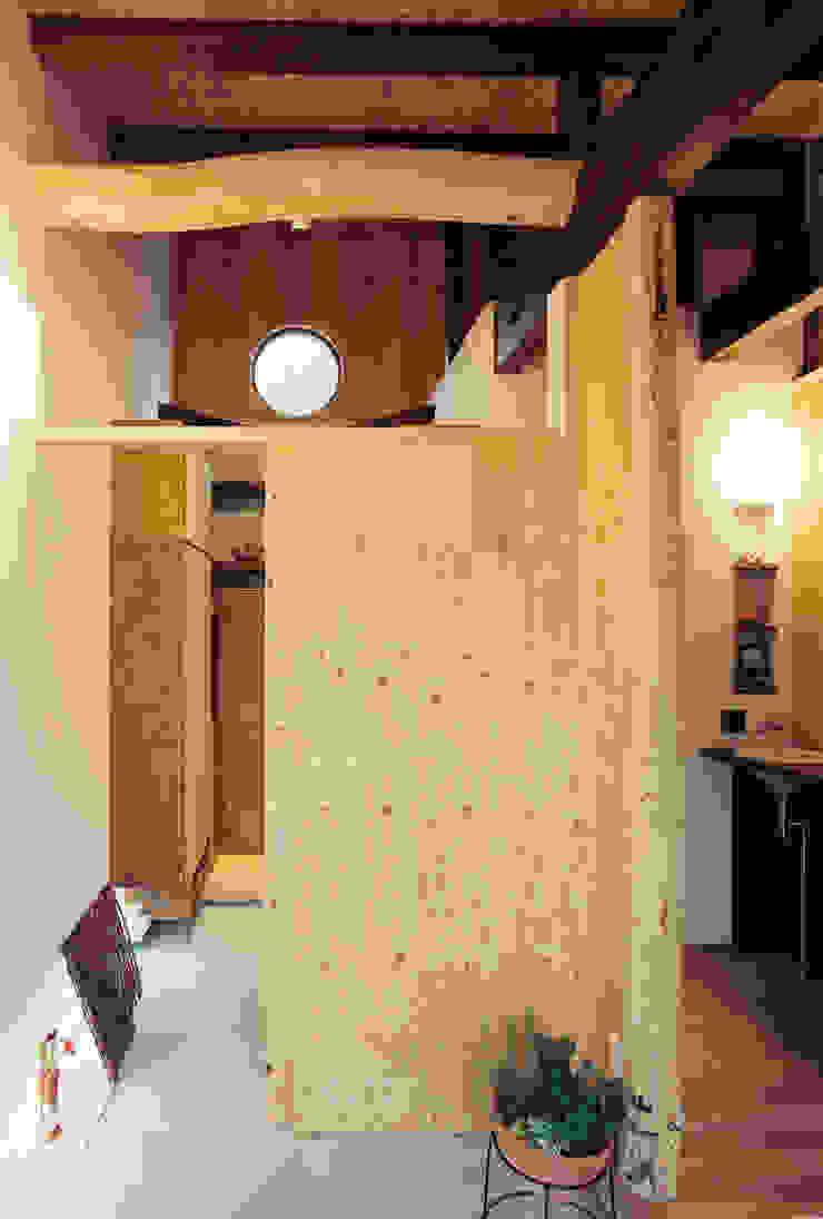 玄関とホール脇の手洗いカウンター 小栗建築設計室 モダンスタイルの 玄関&廊下&階段 MDF 木目調