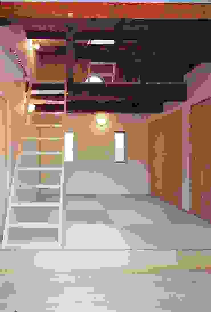 寝室 小栗建築設計室 モダンスタイルの寝室 木 木目調