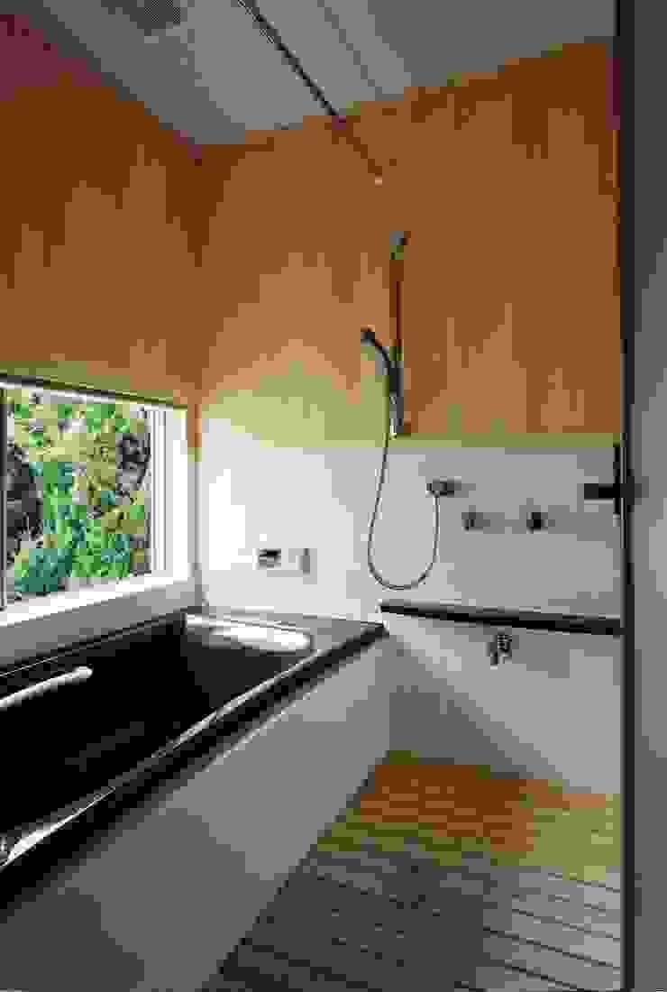 坪庭に面した浴室 小栗建築設計室 モダンスタイルの お風呂 無垢材 ベージュ