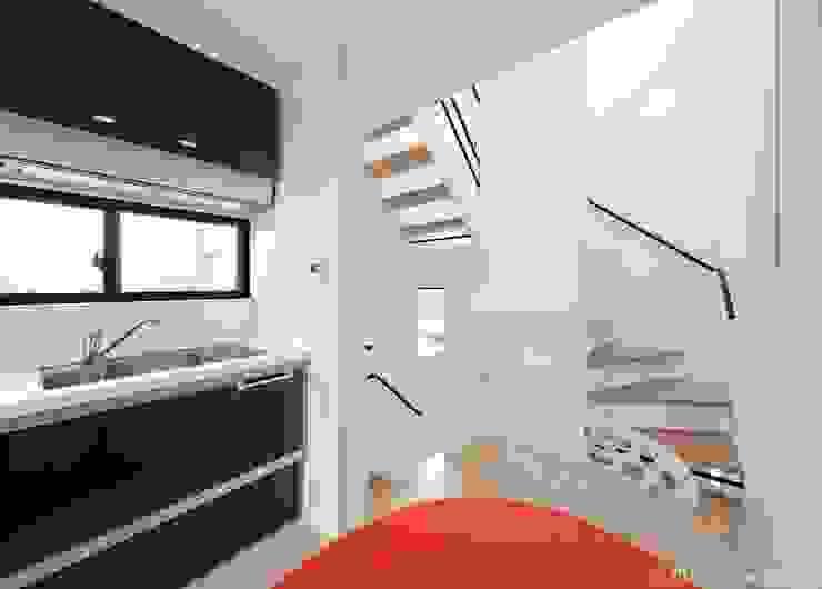 Столовая комната в стиле модерн от (株)ハウスインフォ Модерн