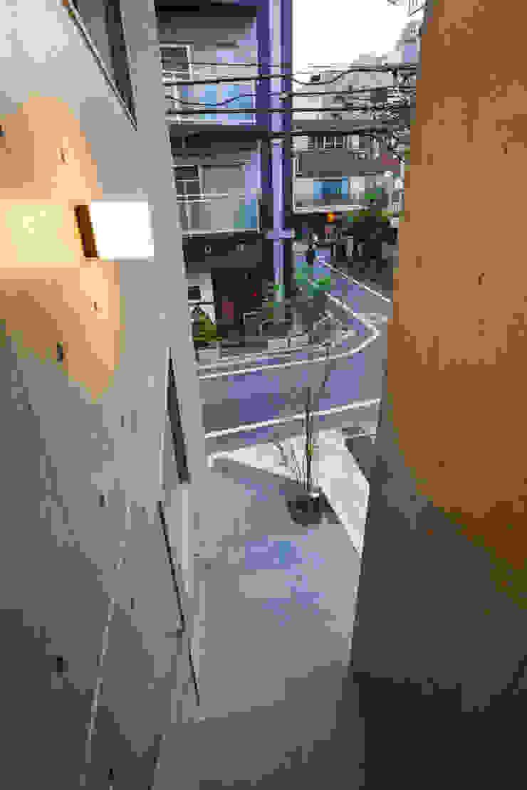 階段スリット モダンスタイルの 玄関&廊下&階段 の HAN環境・建築設計事務所 モダン