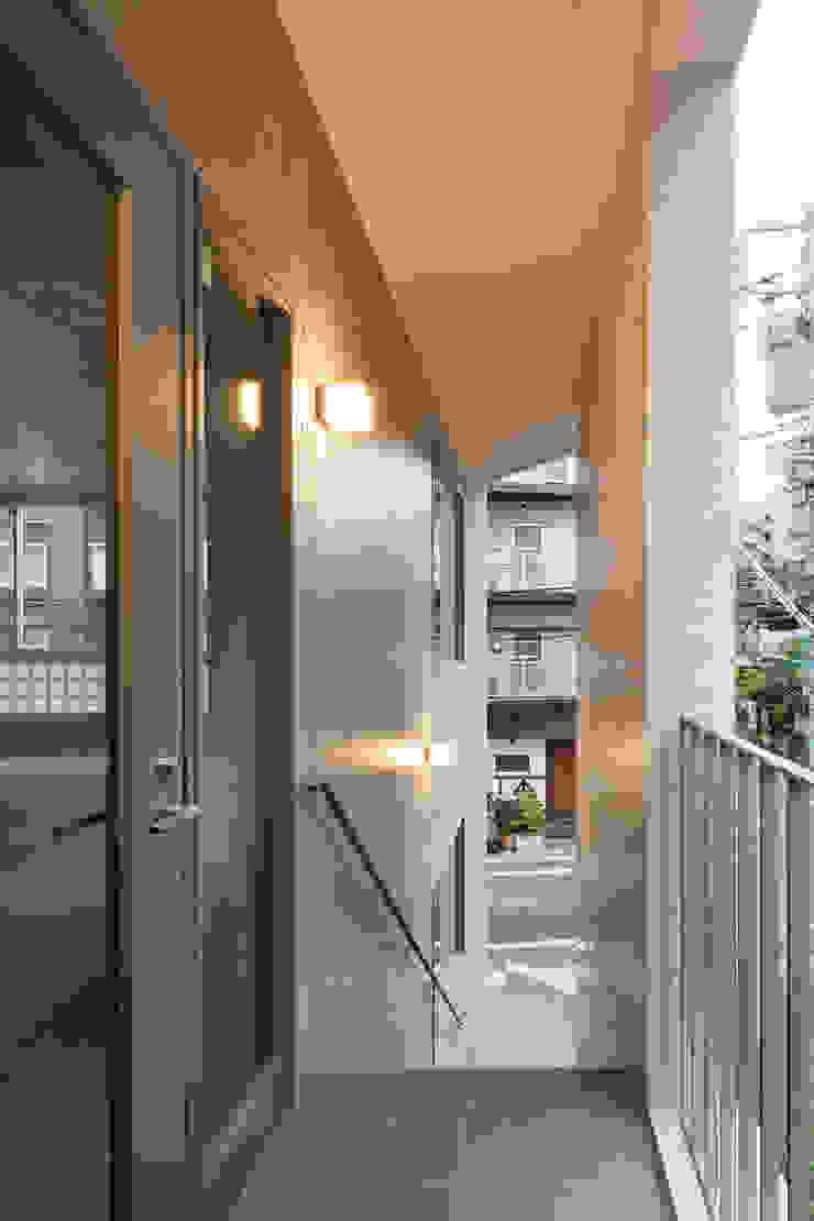 2階テナント入り口 モダンスタイルの 玄関&廊下&階段 の HAN環境・建築設計事務所 モダン