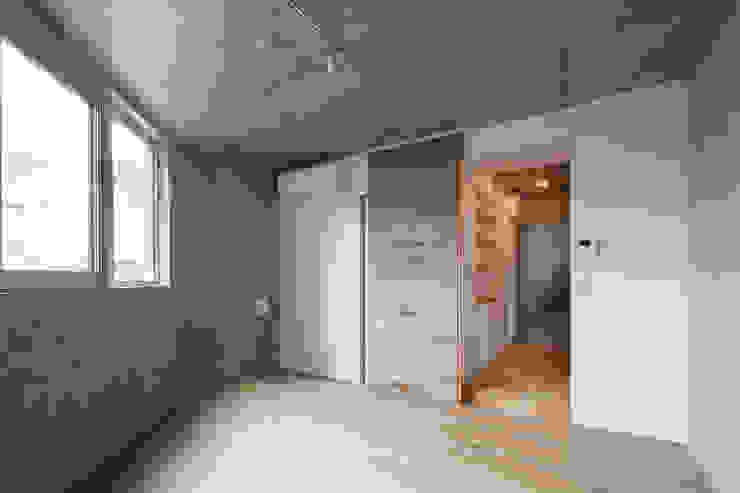 ワンルーム住戸寝室 モダンスタイルの寝室 の HAN環境・建築設計事務所 モダン 木 木目調
