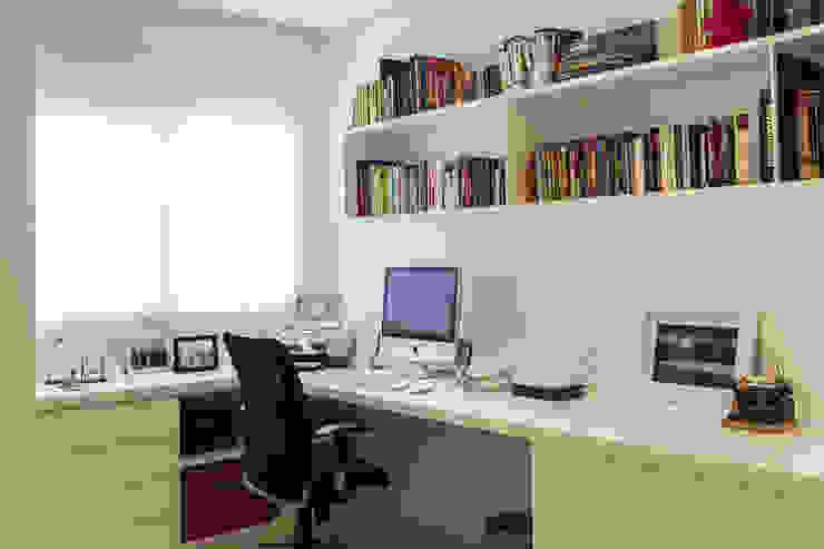 Oficinas y bibliotecas de estilo moderno de homify Moderno