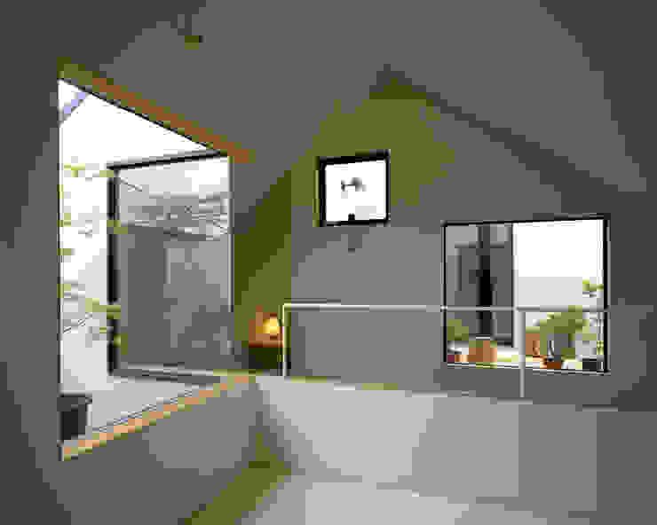 シミズアトリエ 一級建築士事務所의  방, 미니멀 우드 + 플라스틱