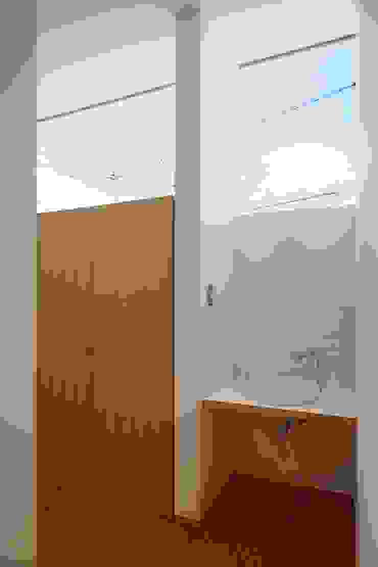 Baños modernos de toki Architect design office Moderno Madera Acabado en madera