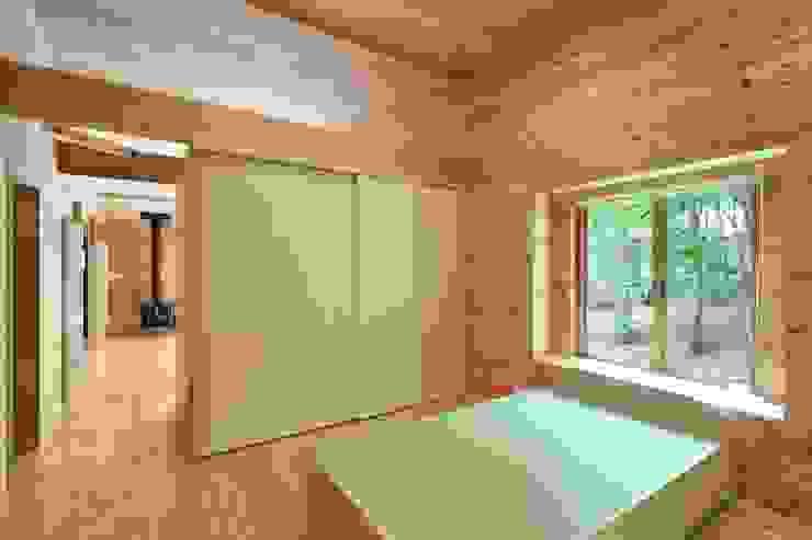 吉田建築設計事務所 Salle multimédia moderne Bois Beige