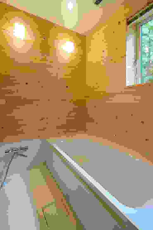 吉田建築設計事務所 Salle de bain moderne Bois Beige