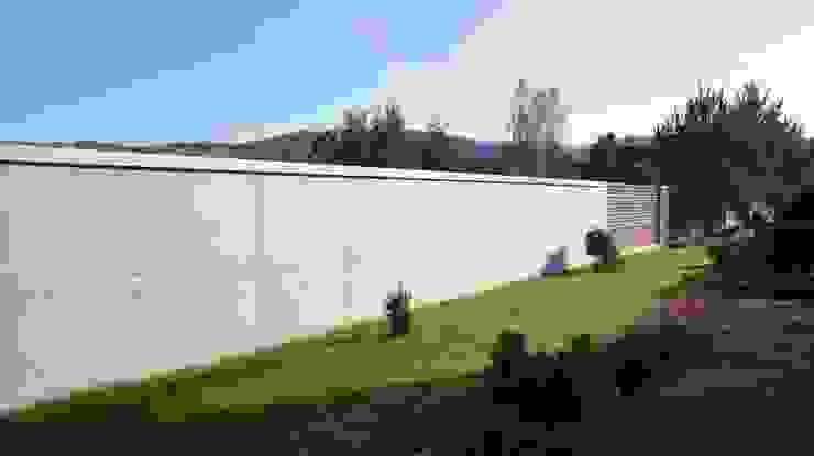 Ogrodzenie z betonu architektonicznego Nowoczesny ogród od Contractors Nowoczesny Drewno O efekcie drewna